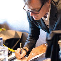 Willem Melchior signeert zijn boek 'Alles wat was'